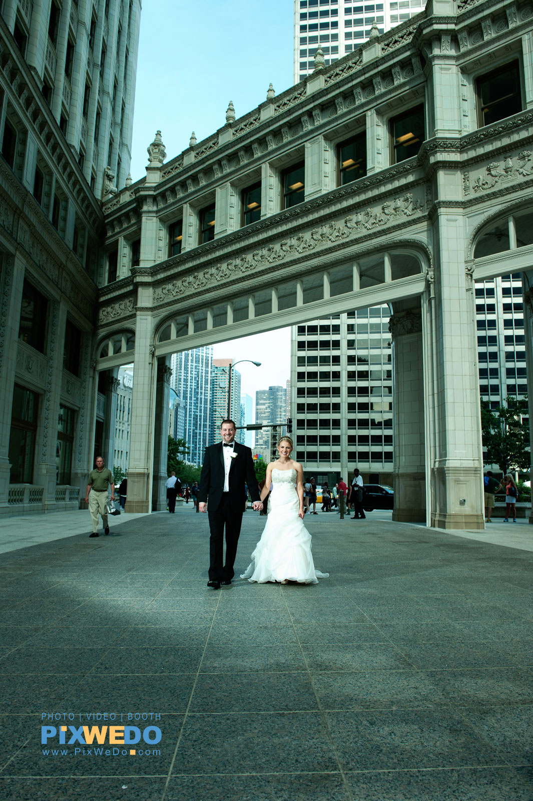 Bride and groom photosesion at Wrigley building Chicago